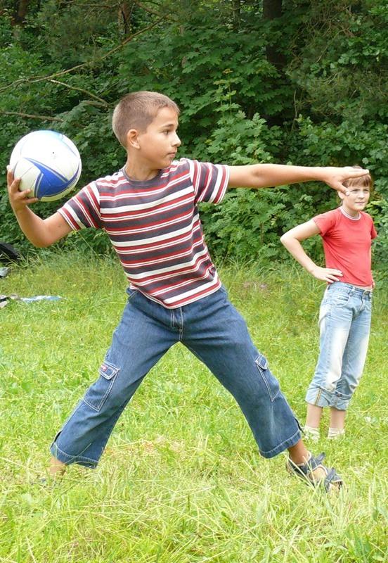 в каком возрасте ребенок должен ловить мяч
